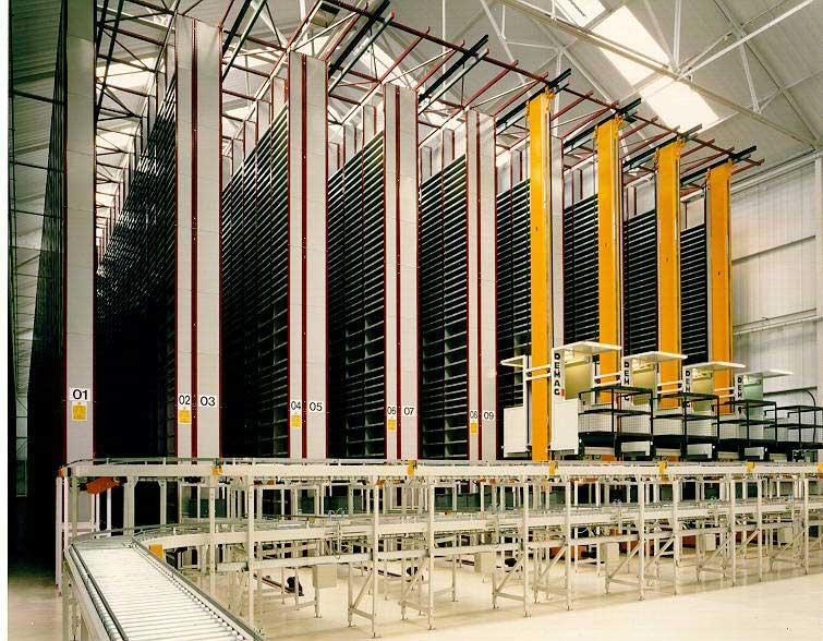 自动化立体仓库的基本配置   自动化立体仓库是目前应用比较广泛的仓储设备,现代化的自动化立体仓库是由高层密集型货架,巷道堆垛机(有轨堆垛机)、入出库输送机系统、通信系统、自动化控制系统、计算机仓库管理系统及其周边设备组成,运用一流的集成化物流理念,采用先进的控制、总线、通信和信息技术,通过以上设备的协调动作,按照用户的需要完成指定货物的自动有序、快速准确、高效的入库出库作业,可对集装单元货物实现自动化保管和计算机管理的仓库。广泛应用于大型生产性企业的采购件、成品件仓库、柔性自动化生产系统(FAS),流通领